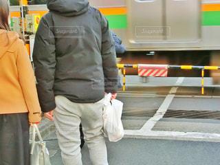 踏み切りを待つ2人の写真・画像素材[1604319]