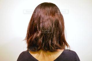 ミディアムヘアの後ろ姿の女性の写真・画像素材[1604322]