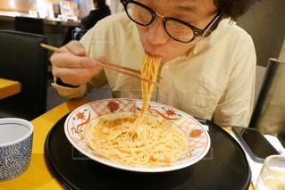 食事のテーブルに座った男性の写真・画像素材[1605746]