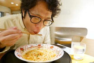 パスタを食べる男の人の写真・画像素材[1605747]