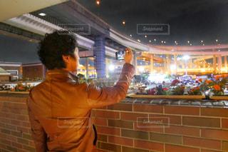 夜景を前に立っている男の写真・画像素材[1626946]