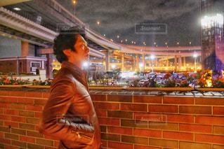 建物の前に立っている男の写真・画像素材[1627540]