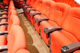 部屋に大きな赤い椅子の写真・画像素材[1629684]