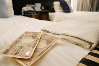 ベッドの上にあるお金の写真・画像素材[1659883]