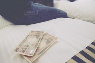 ベッドの上のお金の写真・画像素材[1659889]