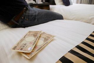 ベッドの上にあるお金の写真・画像素材[1659890]