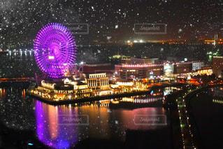 近くの観覧車や橋のアップが夜のライトアップしているの写真・画像素材[1666295]