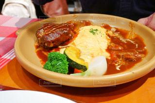 テーブルの上に食べ物のプレートの写真・画像素材[1673650]