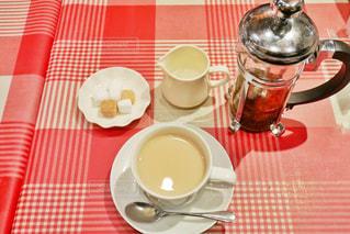 食品やコーヒー テーブルの上のカップのプレートの写真・画像素材[1673652]