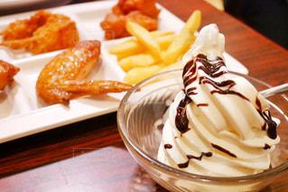 アイスや食べ物のテーブルの写真・画像素材[1674175]