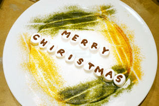 皿の上のクリスマスケーキの写真・画像素材[1674178]