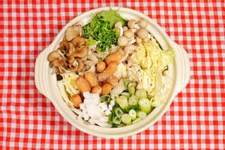 板の上に食べ物のボウルの写真・画像素材[1680748]