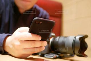 携帯電話を持つ男性の手の写真・画像素材[1689449]