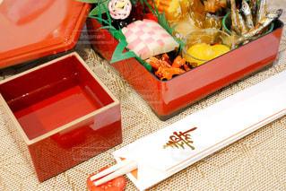 テーブルの上に食べ物の種類でいっぱいのボックスの写真・画像素材[1694615]