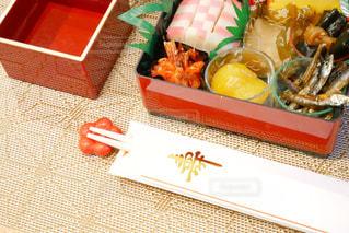 テーブルの上に食べ物の種類でいっぱいのお節料理の写真・画像素材[1694617]