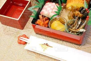 テーブルの上に食べ物の種類でいっぱいのボックスの写真・画像素材[1694618]