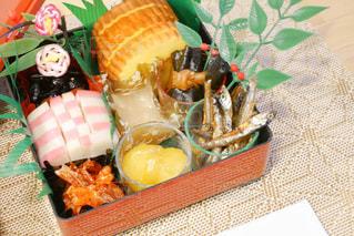 テーブルの上に食べ物の写真・画像素材[1694622]