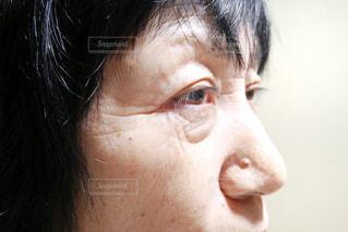 近くにいる年配の女性の顔アップの写真・画像素材[1699433]