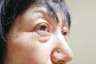 クローズ アップされたシワがある女性の顔の写真・画像素材[1699434]