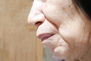 近くに年配の女性の口元のアップの写真・画像素材[1700684]