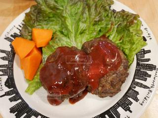 肉と野菜をトッピング白プレートの写真・画像素材[1701844]