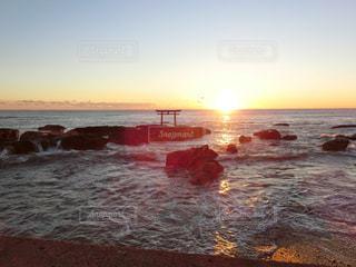 水の体に沈む夕日の写真・画像素材[1702482]