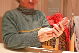 スマホを触る高齢な女性の写真・画像素材[1714795]