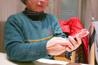テーブルに座っている人の写真・画像素材[1714796]