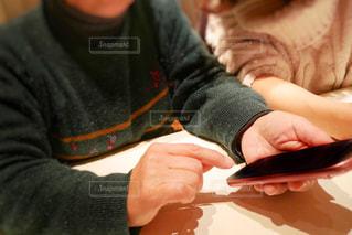 スマートホンの操作を教えてる2人の写真・画像素材[1714798]