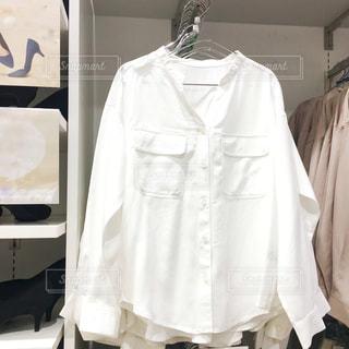 店頭に置いてある白いシャツの写真・画像素材[1737432]