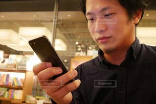 携帯電話を持っている人の写真・画像素材[1739907]