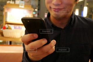 携帯電話を保持している男の写真・画像素材[1739909]
