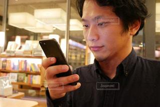 携帯電話を持っている男性の写真・画像素材[1740445]