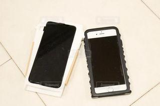 テーブルの上の携帯電話の写真・画像素材[1747553]