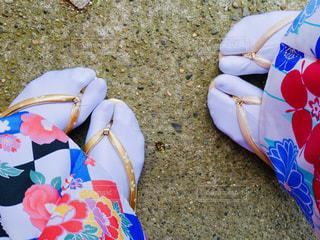 地面に着物を着た2人の足元の写真・画像素材[1748251]