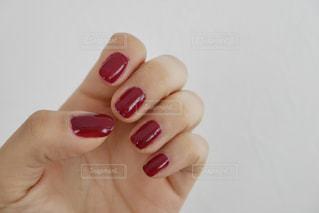 ネイルをしている女性の手の写真・画像素材[1754934]