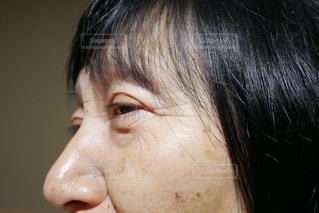 近くに目を開いている人の女性の写真・画像素材[1756787]