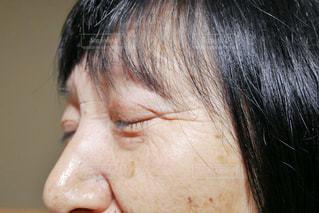 近くに彼女の口を開いて女性のアップの写真・画像素材[1756788]