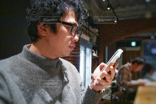 スマートフォンで検索する男性の写真・画像素材[1762690]