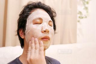 黒い髪でフェイスマスクしてる男性の写真・画像素材[1768472]