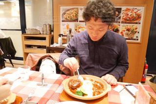 食事のテーブルに座って人の写真・画像素材[1790360]