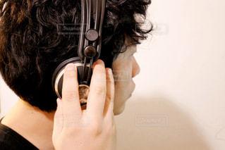ヘッドホンして音楽を聞く男性の写真・画像素材[1790384]