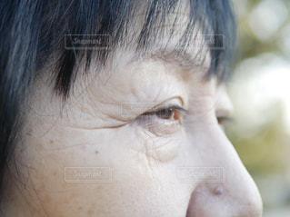 近くに目を開いている年配の女性の写真・画像素材[1795069]