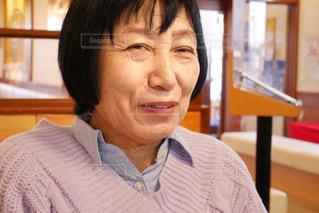 カメラに微笑んで笑う高齢の女性の写真・画像素材[1795679]