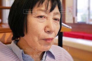 近くにカメラに向かっている年配の女性の写真・画像素材[1799990]