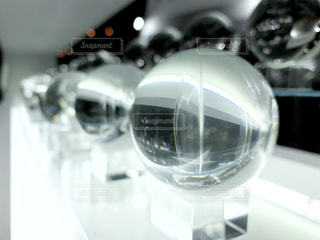 近くに水晶のようなガラス玉たちの写真・画像素材[1822816]