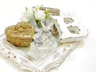 テーブルの上に座っているケーキの写真・画像素材[1835641]