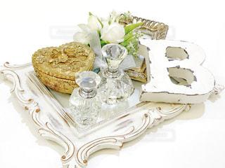 テーブルの上に座っているケーキの写真・画像素材[1835642]