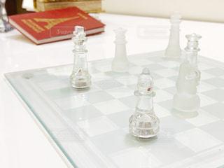テーブルの上にガラス花瓶の写真・画像素材[1835644]