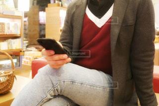 スーツとのテーブルに座ってネクタイを着ている人の写真・画像素材[1836705]